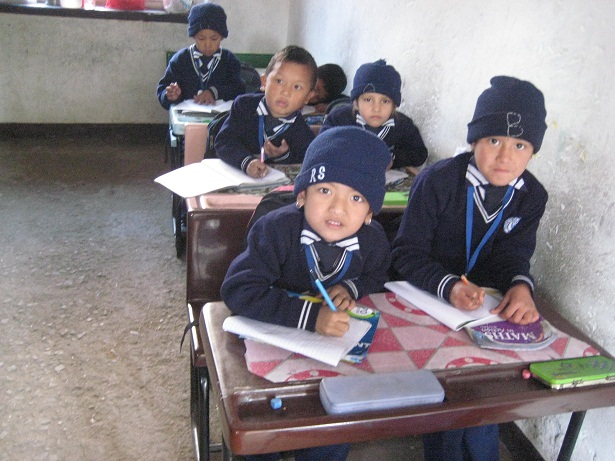 Klassenraum mit Tischen und Stühlen